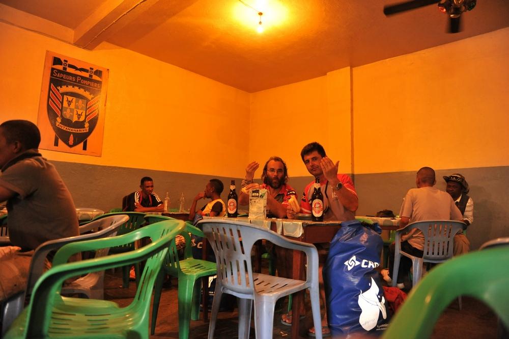 arek_ziemba_zbigniew_sas_jedza_bigos_w-Antananarivo_Madagaskar